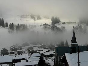 Photo: Brouillard sur le versant du mont Chéry ; les Métrallins au dessus du clocher