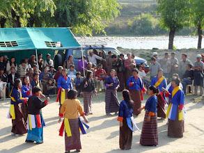 Photo: Die Frauen führen derweil Tänze auf.