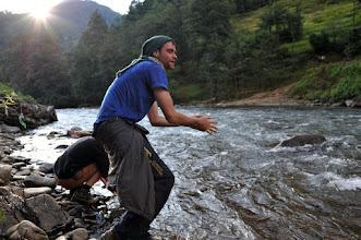 Photo: トレッキング初日、シバラヤの沢で水汲み。彼らとエベレストトレッキングをすることに。