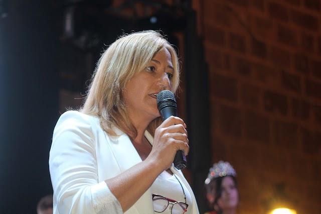 La alcaldesa de Níjar, Esperanza Pérez, durante su saluda.
