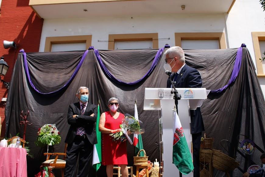 El alcalde dirigiendo unas palabras al homenajeado.