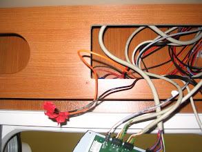 Photo: Dejo los cables dentro de la centralita. La luz ya la cambiaré más adelante. Los protejo con cinta aislante, para que no haya un corto y coloco de nuevo la centralita.