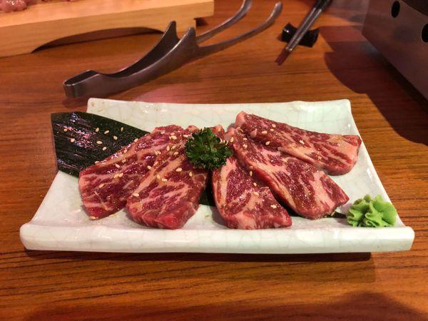 燒肉袁年 yayakiniku 自號是 地表最強的燒肉 的日式燒烤店 音樂偏吵 空間稍擠 食材中等 店員態度不置可否