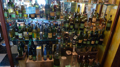Photo: Le verso de la vitrine précédente, les séries de bouteilles s'enchaînent et ne se ressemblent pas ! http://delachartreuse.blogspot.com/2011/05/chartreuse-collection.html (merci à Marc)