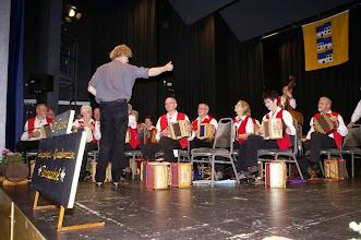 Photo: Simon Dettwiler erteilt die letzten Anweisungen beim Einspielen auf der Bühne im Engelsaal hinter dem Vorhang
