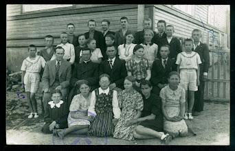 Photo: Kun. Vl. Šlevas (sėdi antras iš kairės) su Kulių pradžios mokyklos IV skyriaus mokiniais ir mokytojais prie mokyklos. Fotografas nežinomas. 1940 m.
