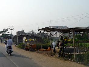 Photo: les stations à essence en bonbonnes sont sur tous les grands axes routiers