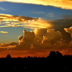 Spectacular sunet by Graeme Wilson - Landscapes Sunsets & Sunrises ( clouds, sunset, twilight, thunderhead, rain clouds )