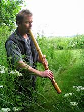 """Photo: Anders Nordin spiller den klassiske japanske bambusfløjte, kyotaku, somer en lang kantblæst fløjte med en dyb, meditativ klang. Navnet er fra zentraditionen og betyder """"klokker som tømmer sindet"""", for fløjtens lange og udtryksrige toner bliver nærmest åndet frem i en lang organisk bevægelse, som stemmer til stilhed. www.kyotaku.dk"""