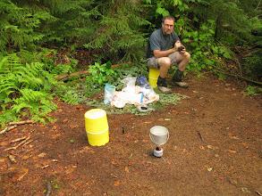 """Photo: Nos """"Bear Canister"""" sont de bon sièges.. et on mange à ~15 m de la tente pour pas attirer les ours.."""
