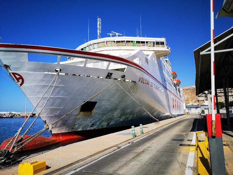 Un ferri se abastece por primera vez de energía eléctrica en su estancia en el Puerto de Almería.