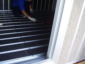 Photo: 外のブースの床にバイブレーションマウントを設置して内側のブースの床を設置する準備をします。