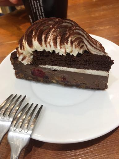 巧克力味道好高級,四層口感還吃得到莓果堅果及焦糖醬~適合下雨天配熱咖啡食用