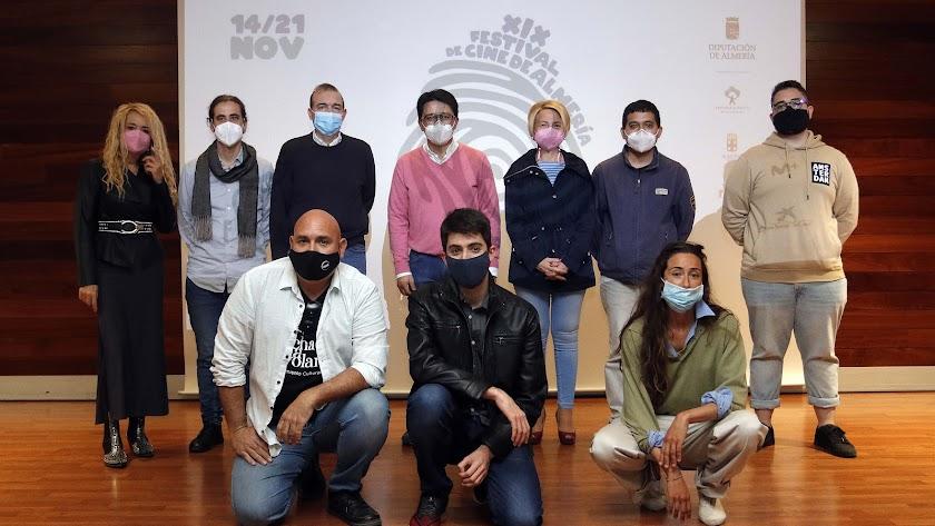 Foto de familia de autoridades y cortometrajistas.