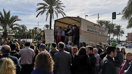 Los organizadores de la manifestación, subidos al camión donde iban a leer el manifiesto final.