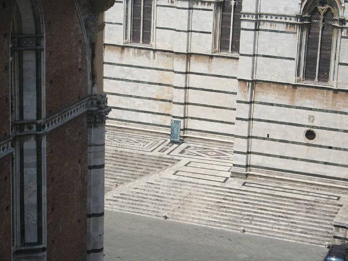 La Piazza Jacopo della Quercia, vedutadal facciatone delDuomo