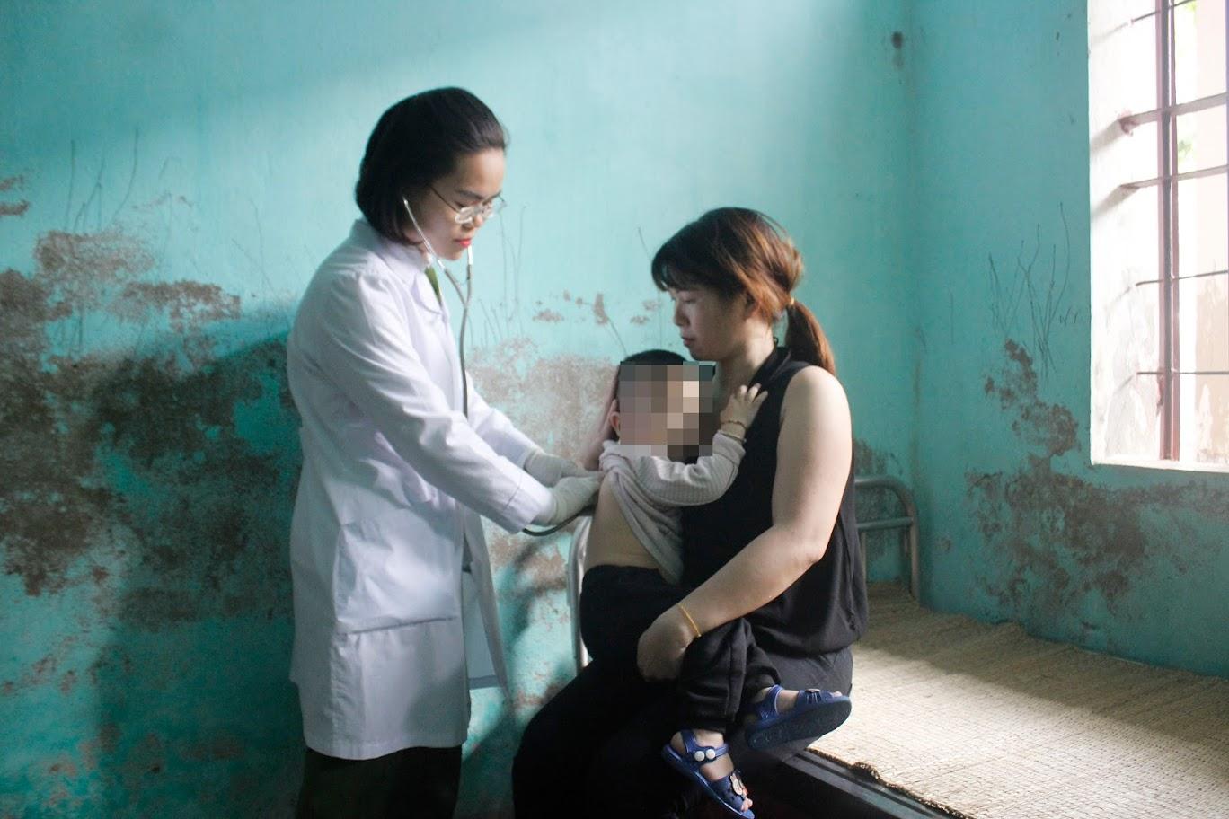 Y, bác sĩ Trại Tạm giam Công an tỉnh Nghệ An thăm,                                              khám cho các trẻ dưới 36 tháng tuổi (con của nữ phạm nhân                                   không được áp dụng lệnh cấm đi khỏi nơi cư trú)