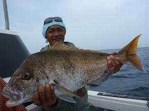 Photo: おおー!これもデカい!5kgのハンサム真鯛! 釣り上げた馬場さんに似て、真っ黒な真鯛です。 イノウエさんが釣った真鯛の「ダンナさん」でしょうかねー。