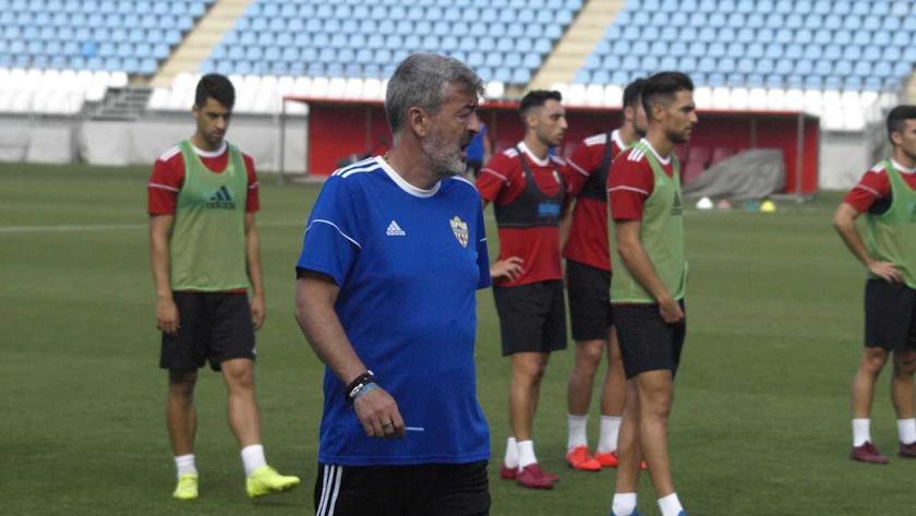 El entrenador del Almería trabaja con jugadores de proyección.