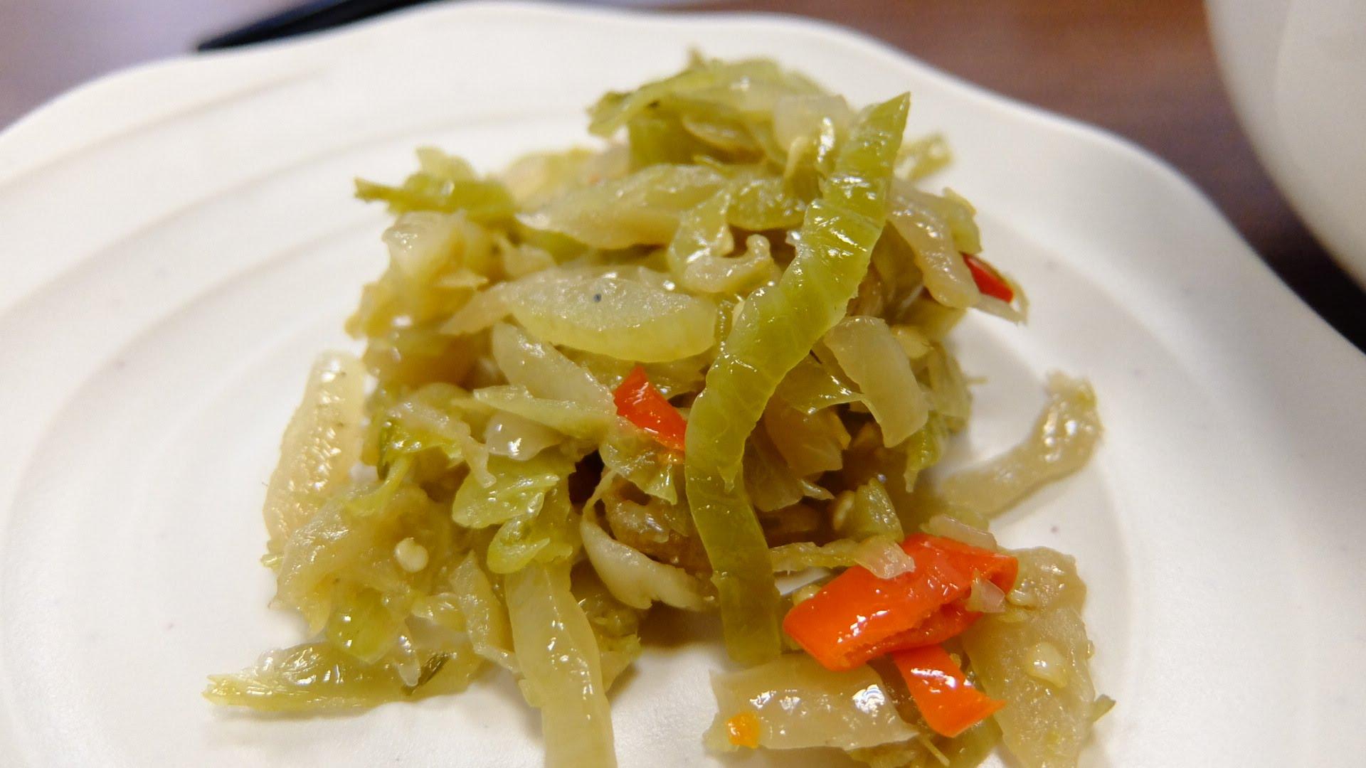 吃牛肉麵一定要搭配酸菜! 這一家酸菜在後方自行夾取,單獨吃頗辣的...