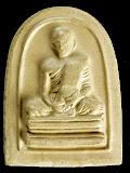 พระเนื้อดินที่ระลึกพระบาทสมเด็จพระเจ้าอยู่หัวทรงผนวช วัดบวรฯ ปี๒๔๙๙ ออกปี 2507 สีขาว พิมพ์ชุ้มโค้ง