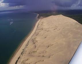 Photo: La Dune du Pilat avec en arriére plan une grosse averse sur Arcachon.
