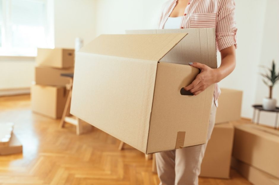 moving tips - lady holding a moving box