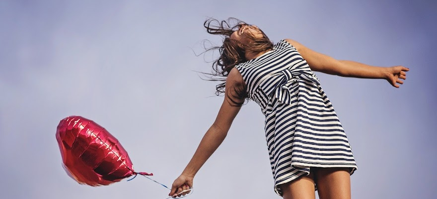 Szczęśliwa kobieta pod wpływem dopaminy
