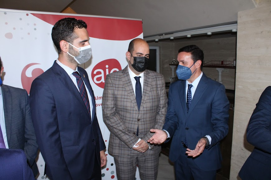 El presidente de AJE con el presidente de la Diputación y el alcalde.