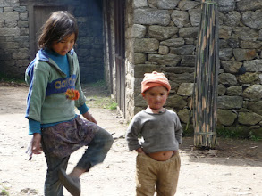 Photo: Local kids between Lukla and Chutanga