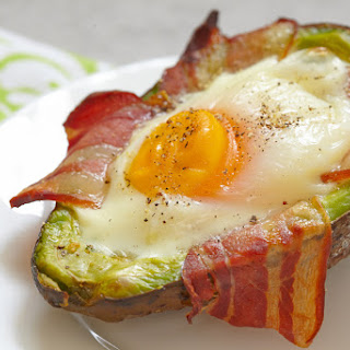 Avocado and egg with bacon (ultimate low carb Paleo breakfast)