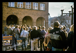 """Photo: Zwei Milliarden Mark wurden 1989 ausgezahlt – über 350 Millionen mehr als maximal hätten ausgezahlt werden dürfen.Für die meisten DDR-Bürger war es der erste direkte Kontakt mit der """"harten"""" Mark: das Begrüßungsgeld.Bis zur Abschaffung der 100-Mark-Prämie Ende Dezember 1989 wurden 2,05 Milliarden Mark ausgezahlt, allein eine Milliarde davon floss in Berlin. Bei damals nicht einmal 17 Millionen DDR-Bürgern hätten es weniger als 1,7 Milliarden Mark sein müssen."""