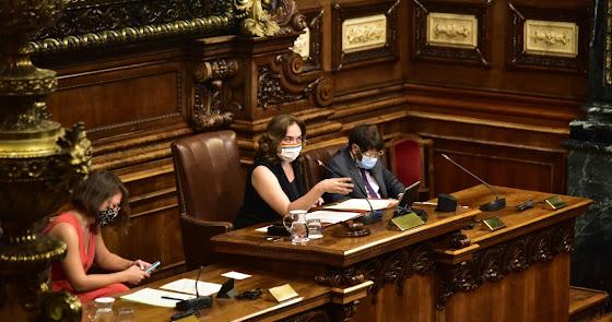 Barcelona retira la Medalla de Oro a Juan Carlos I y reprueba al Gobierno