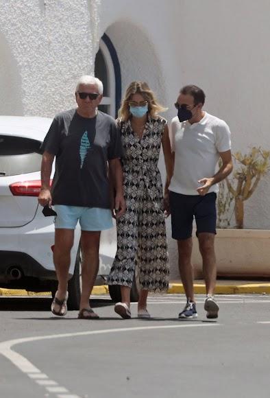 El abogado almeriense, junto a su hija y su yerno.