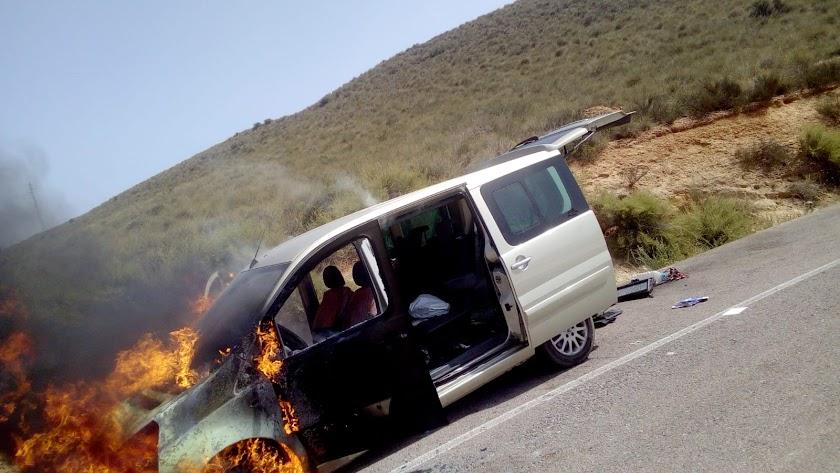 Imagen captada por conductores que han tenido que socorrer a los ocupantes de la furgoneta.