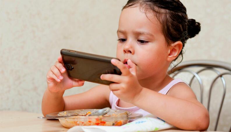 crianca celular comendo 0118 1400x800