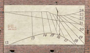 Photo: La prima meridiana, firmata Tebenghi - Torino, ha uno gnomone a stilo e indica le ore che mancano al tramonto (qui indica che mancano 8 ore al tramonto)