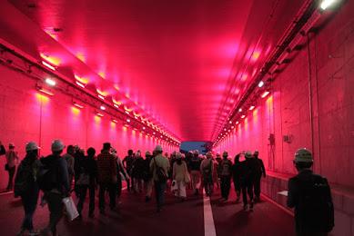 半世紀をかけた外環道がついに開通…ゾンビ映画のような終末感漂う「夜の無人高速道路」を歩いてみた