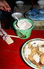 Photo: 03426 シリンホト近郊/ノルボ家/食事/乳製品各種/炒米(炒った粟)とジョッヘ、砂糖をかき混ぜて食べる。