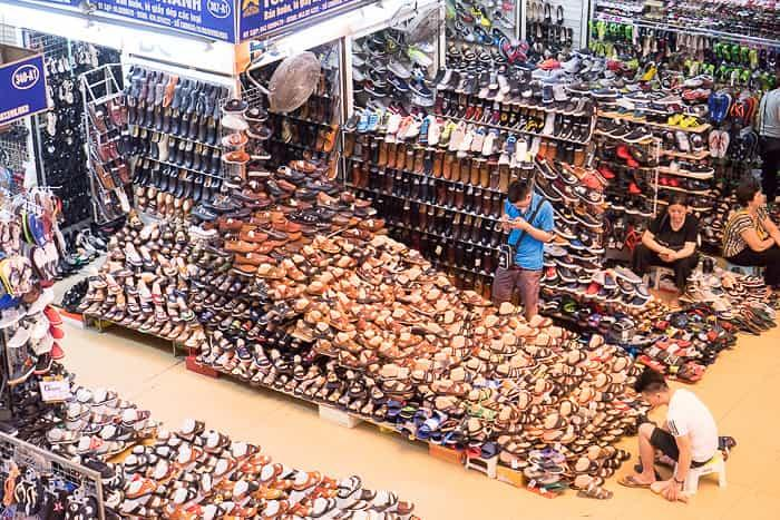 Một địa chỉ sỉ giày tại chợ Đồng Xuân