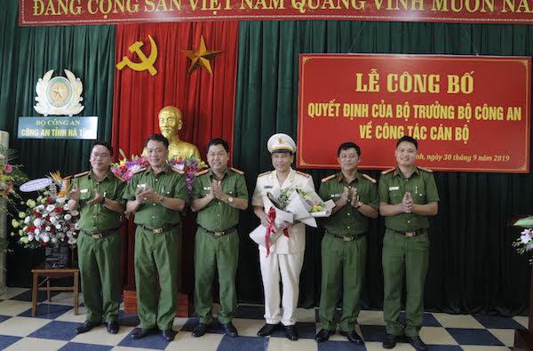Đại diện lãnh đạo phòng, đội, Phòng Cảnh sát cơ động tặng hoa chúc mừng đồng chí Thượng tá Nguyễn Trường Diệu.