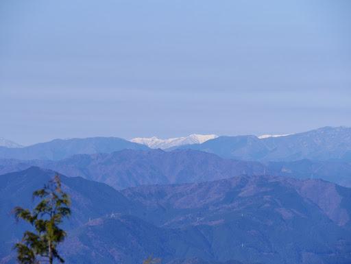 奥に枇杷倉山と小白山