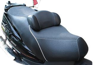 Photo: nun sitzen Fahrer und Sozius auf einer Gel-Masse, die eben einen sehr hohen Sitzkomfort bietet.