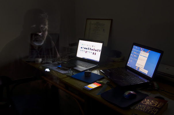Tirar tardi alla scrivania di stefano_angeli