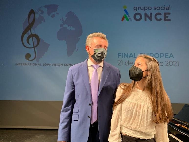 El director territorial de la ONCE Andalucía y la cantante almeriense.