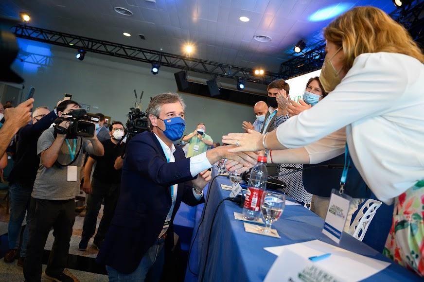 González Terol saludando a los populares almerienses.