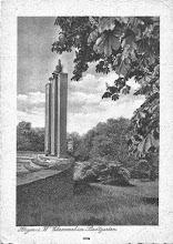 Photo: Die drei Ehrenmal-Stelen mit neuen, bronzenen Aufsätzen. Ansichtkarte aus dem Zweiten Weltkrieg.