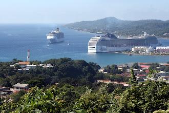 Photo: Näkymä ylhäältä lahdelle - MSC:n alus laiturissa ja Costa Mediterranea lahdella