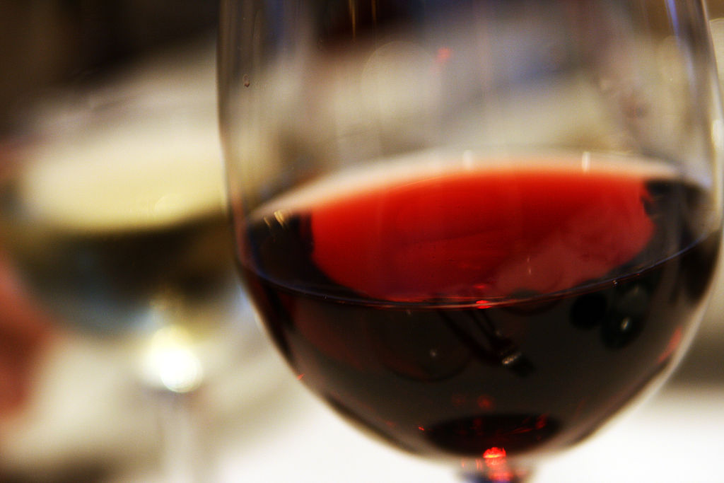 1024px-Red_wine_closeup_in_glass.jpg
