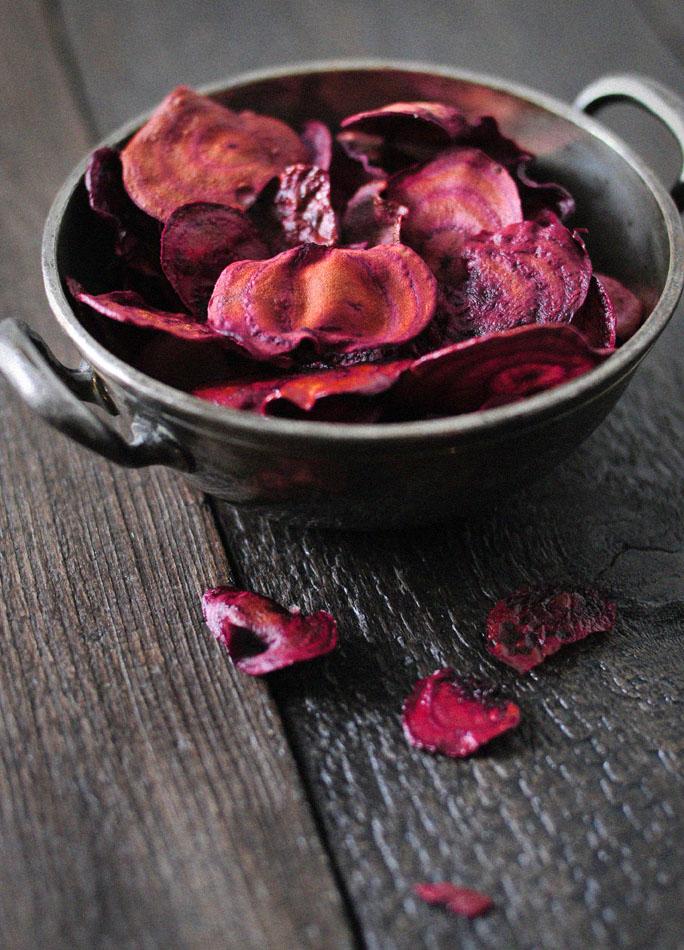 Rode bieten chips zijn gezonde hapjes die de aandacht trekken
